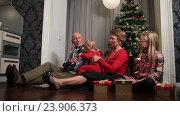 Купить «Мальчик обнимается с бабушкой и дедушкой возле новогодней елки», видеоролик № 23906373, снято 18 октября 2016 г. (c) Швец Анастасия / Фотобанк Лори