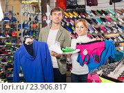 Купить «Man and woman choosing sport clothing», фото № 23906817, снято 18 ноября 2017 г. (c) Яков Филимонов / Фотобанк Лори