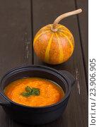 Тыквенный суп в маленьком черном горшке. Стоковое фото, фотограф Дегтярева Виктория / Фотобанк Лори