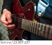 Купить «Мужчина играет на электрогитаре», фото № 23907237, снято 5 марта 2016 г. (c) Pavel Biryukov / Фотобанк Лори