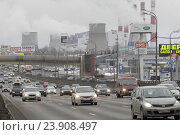 Купить «Москва, автомобили на 18-ом километре МКАД (внутренняя сторона), на заднем плане трубы ТЭЦ-22 ОАО «Мосэнерго»», эксклюзивное фото № 23908497, снято 14 февраля 2016 г. (c) Дмитрий Неумоин / Фотобанк Лори
