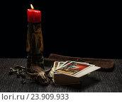 Купить «Свеча и колода Таро», фото № 23909933, снято 13 августа 2016 г. (c) Евгений Синютин / Фотобанк Лори