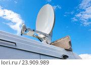 Купить «Спутниковая антенна смонтирована на крыше автомобиля. Мобильная телевизионная станция», фото № 23909989, снято 23 апреля 2018 г. (c) FotograFF / Фотобанк Лори