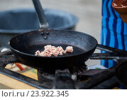 Купить «forcemeat on frying pan at street market», фото № 23922345, снято 11 июня 2016 г. (c) Syda Productions / Фотобанк Лори
