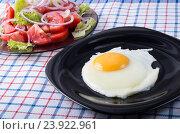 Простой домашний завтрак - жареные яйца и салат и салат из помидоров. Стоковое фото, фотограф Vlad Romensky / Фотобанк Лори