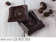 Купить «Кусочки черного шоколада и кофейные зерна», фото № 23923353, снято 20 июня 2016 г. (c) Сергей Вольченко / Фотобанк Лори