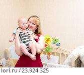 Купить «Счастливая мама держит на руках малыша», фото № 23924325, снято 25 апреля 2015 г. (c) Андрей Некрасов / Фотобанк Лори