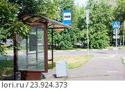 Купить «Автобусная остановка, Москва, 2-й Пехотный переулок», эксклюзивное фото № 23924373, снято 9 июля 2016 г. (c) Наталия Шевченко / Фотобанк Лори