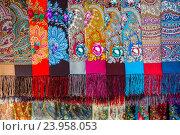 Купить «Знаменитые платки в ассортименте с различными рисунками Павловопосадской платочной мануфактуры в фирменном магазине», фото № 23958053, снято 26 октября 2016 г. (c) Николай Винокуров / Фотобанк Лори
