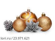 Купить «Красивые золотые елочные шарики», фото № 23971621, снято 12 августа 2016 г. (c) Евгений Захаров / Фотобанк Лори