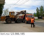 Купить «Погрузка мусора на городской улице», фото № 23986185, снято 13 мая 2010 г. (c) Светлана Кириллова / Фотобанк Лори