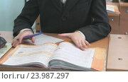 Купить «Мальчик переворачивает страницы учебника в школе», видеоролик № 23987297, снято 28 октября 2016 г. (c) worker / Фотобанк Лори