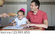 Купить «Мама принесла печенки для дочки и папы которые занимаются уроками», видеоролик № 23991653, снято 3 июня 2016 г. (c) Иванов Алексей / Фотобанк Лори