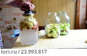 Купить «Female seals the lid conserved stewed fruit for winter», видеоролик № 23993817, снято 23 июля 2016 г. (c) Володина Ольга / Фотобанк Лори