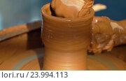 Купить «Гончар работает над глиняным горшком», видеоролик № 23994113, снято 28 октября 2016 г. (c) Vladimir Botkin / Фотобанк Лори