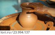 Купить «Гончар работает над глиняным горшком», видеоролик № 23994137, снято 28 октября 2016 г. (c) Vladimir Botkin / Фотобанк Лори