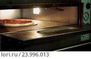 Купить «Приготовление пиццы, повар кладёт пиццу в печь», видеоролик № 23996013, снято 30 октября 2016 г. (c) ActionStore / Фотобанк Лори