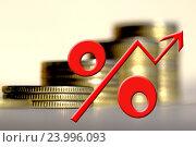 Красный знак процента на фоне денег .  Концепция изменения банковских ставок . Стоковое фото, фотограф Сергеев Валерий / Фотобанк Лори