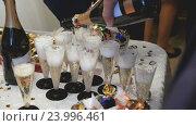 Купить «Много бокалов игристого вина на столе», видеоролик № 23996461, снято 16 октября 2016 г. (c) worker / Фотобанк Лори