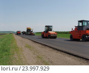 Купить «Строительство автодороги летом», фото № 23997929, снято 24 мая 2005 г. (c) Юрий Серебряков / Фотобанк Лори