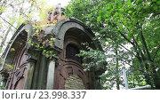 Купить «Древний склеп с красивой архитектурой», видеоролик № 23998337, снято 24 сентября 2016 г. (c) Швец Анастасия / Фотобанк Лори