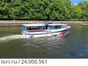 Купить «Экскурсионный катер на реке Преголе в Калининграде в солнечный летний день», фото № 24000561, снято 31 мая 2015 г. (c) Михаил Рудницкий / Фотобанк Лори