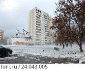 Купить «Вертолёт МЧС приземляется около жилых домов на Щелковском шоссе для эвакуации пострадавших в аварии», эксклюзивное фото № 24043005, снято 1 ноября 2016 г. (c) lana1501 / Фотобанк Лори