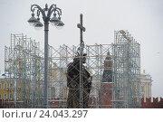 Купить «Подготовка к открытию памятника Владимиру в Москве», фото № 24043297, снято 1 ноября 2016 г. (c) Антон Белицкий / Фотобанк Лори