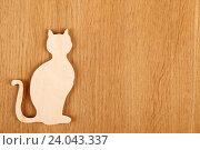 Деревянный силуэт кошки на деревянном фоне. Стоковое фото, фотограф Allika / Фотобанк Лори