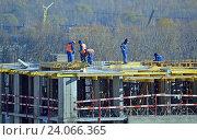 Купить «Рабочие на строительстве жилого дома», фото № 24066365, снято 24 октября 2016 г. (c) Александр Замараев / Фотобанк Лори