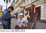 Купить «Москва, художник-скульптор на улице Арбат», эксклюзивное фото № 24080253, снято 30 июня 2007 г. (c) Дмитрий Неумоин / Фотобанк Лори