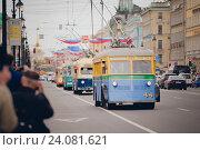Раритетный троллейбус едет по улице (2015 год). Редакционное фото, фотограф Евгений Рудницкий / Фотобанк Лори