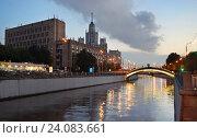 Москва, река Яуза, вид на Тессинский мост и высотку на Котельнической набережной, эксклюзивное фото № 24083661, снято 20 августа 2016 г. (c) Dmitry29 / Фотобанк Лори