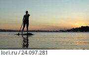 Женщина на доске для серфинга с веслом на закате. Стоковое видео, видеограф Станислав Толстнев / Фотобанк Лори