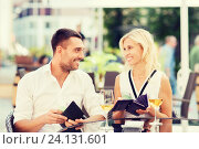 Купить «happy couple with wallet paying bill at restaurant», фото № 24131601, снято 15 июля 2015 г. (c) Syda Productions / Фотобанк Лори