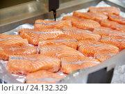 Купить «salmon fish at food market stall», фото № 24132329, снято 31 мая 2016 г. (c) Syda Productions / Фотобанк Лори
