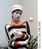 """Купить «Мим-клоун жонглирует шарами на празднике """"Ночь искусств"""" в Картинной галерее города Балашиха», эксклюзивное фото № 24146441, снято 4 ноября 2016 г. (c) Дмитрий Кальтенбруннер / Фотобанк Лори"""