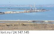 Строительство моста через керченский пролив со стороны таманского полуострова по состоянию на ноябрь 2016. Стоковое видео, видеограф Иванов Алексей / Фотобанк Лори