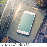 Смартфон с пустым экраном на столе. Стоковое фото, фотограф ouh_desire / Фотобанк Лори