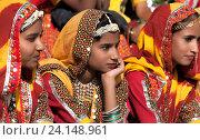 Купить «Девушки в красочной этнической одежде на ярмарке Пушкар. Пушкарь, Раджастхан, Индия.», фото № 24148961, снято 21 ноября 2012 г. (c) photoff / Фотобанк Лори