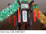 Купить «Китайский фонарь в национальном ресторане в дни новогодних праздников и рождественского карнавала в гирляндах из мишуры», фото № 24149421, снято 28 декабря 2008 г. (c) Юрий Карачев / Фотобанк Лори