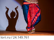 Купить «Индийская девушка в национальном костюме танцует во время празднования Дивали (индийский Новый год) в индийском культурном центре в городе Москве», фото № 24149761, снято 29 октября 2016 г. (c) Николай Винокуров / Фотобанк Лори