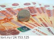 Купить «Российские деньги. Монета один рубль на пятитысячных купюрах», эксклюзивное фото № 24153125, снято 7 октября 2016 г. (c) Елена Коромыслова / Фотобанк Лори