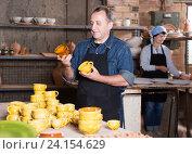 Купить «Master among the pottery», фото № 24154629, снято 12 октября 2016 г. (c) Яков Филимонов / Фотобанк Лори