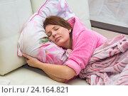 Молодая женщина лежит в постели. спит. Стоковое фото, фотограф Гетманец Инна / Фотобанк Лори