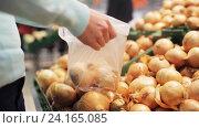 Купить «woman putting onion to bag at grocery store», видеоролик № 24165085, снято 3 ноября 2016 г. (c) Syda Productions / Фотобанк Лори