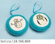 Купить «Елочные игрушки ручной работы. Фетр, вышивка крестиком», эксклюзивное фото № 24166869, снято 15 декабря 2014 г. (c) Dmitry29 / Фотобанк Лори