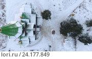 Купить «Зеленая заснеженная крыша деревянной церкви и двор перед входом, Сегежа, Карелия», видеоролик № 24177849, снято 8 ноября 2016 г. (c) Кекяляйнен Андрей / Фотобанк Лори