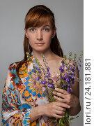 Красивая женщина держит букет цветов. Стоковое фото, фотограф Евгений Пидеркин / Фотобанк Лори