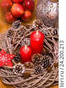 Новогодний декор с горящими свечами, шишками и яблоками. Стоковое фото, фотограф Елена Лобовикова / Фотобанк Лори